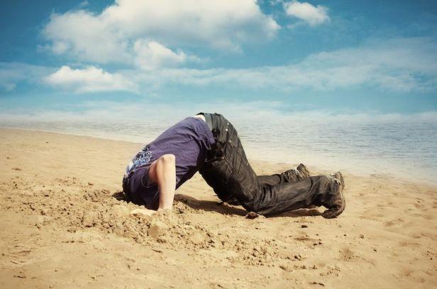 Viver evitando o embaraço é praticamente como viver com a cabeça enterrada na areia.